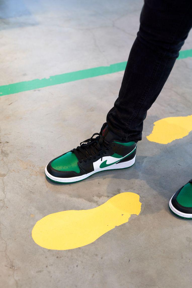 Terence Munzemba: 'Deze Air Jordan Mid Ones passen goed bij het zwart, rood en groen in mijn kleding.' Beeld Jordi Huisman