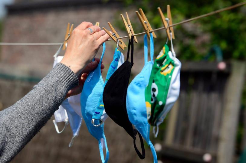 Lavez vos masques réutilisables: nous risquons malheureusement d'en avoir encore besoin pendant un certains temps.