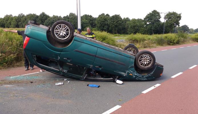 De auto belandde vermoedelijk door een klapband op de kop. Foto: Ron Hemmink