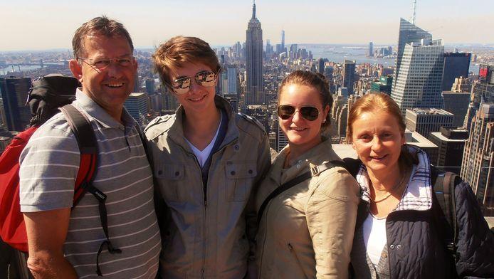 Katja Renkers (tweede van rechts): 'Het was de eerste keer dat ik niet meeging met een verre reis. Ik vond het spannend dat ik ze drie weken niet zou zien. Ik ben vaker alleen thuis geweest, maar nu gingen ze naar de andere kant van de wereld.'