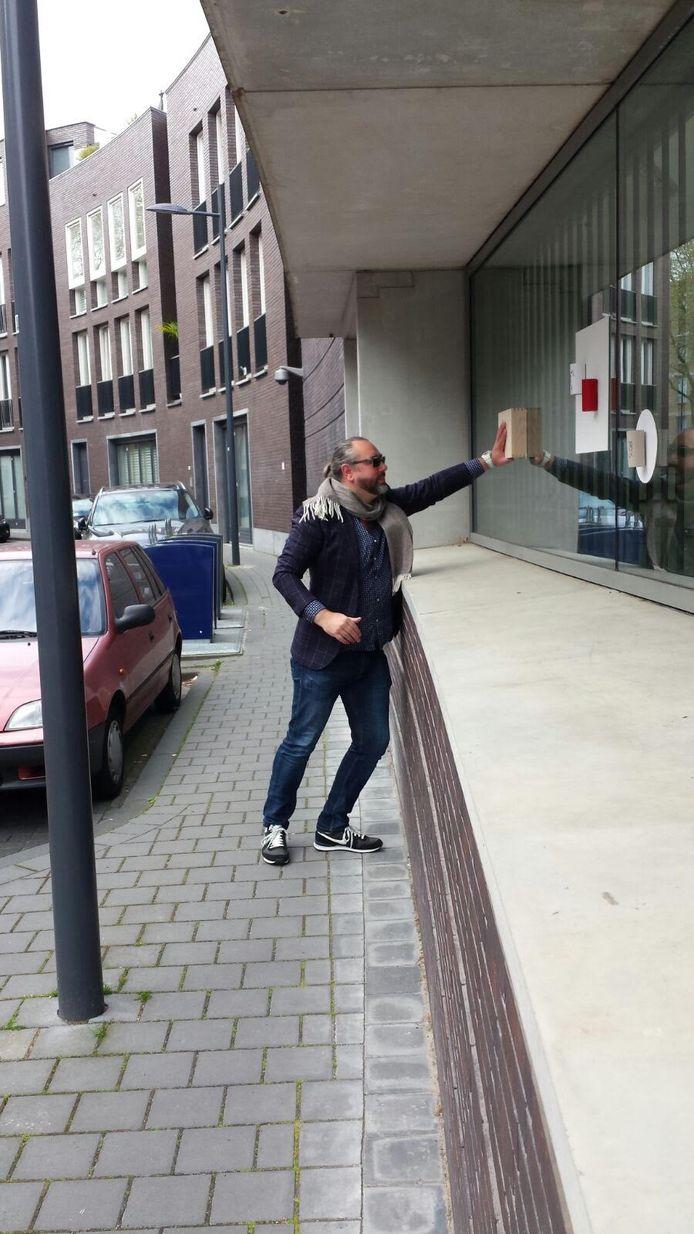 Ralph Posset plakt wc-rollen op Noordbrabants Museum