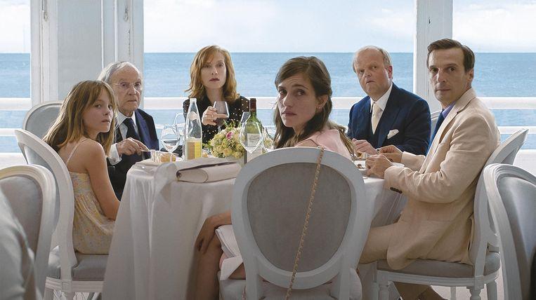 Van links naar rechts: Fantine Harduin, Jean-Louis Trintignant, Isabelle Huppert, Laura Verlinden, Toby Jones en Mathieu Kassovitz in 'Happy End'.   Beeld EPA