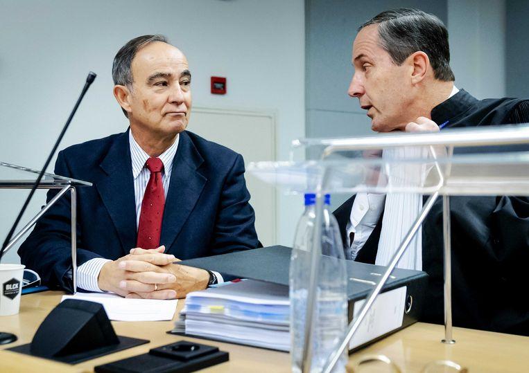 Julio Poch en zijn advocaat Geert Jan Knoops in de rechtbank voor de openbare verhoren in zijn zaak tegen de staat.  Beeld ANP