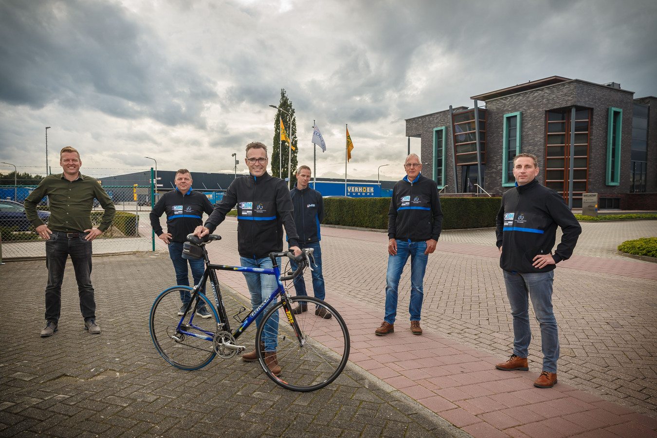 Bestuursleden Stichting Wielersportpromotie Genemuiden op het bedrijfsterrein waar de start van de Omloop is, vlnr Gert van Steeg, Arend Jan Kloosterman, Arjan Winters, Remco van Brummelen, Jan Schaapman en Jan Doornwaard. Op de foto ontbreken Maarten Opschoor en Jan Bos.