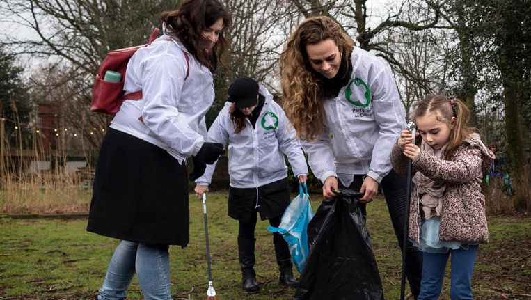 Medewerkers van de Partij voor de Dieren verzamelen afval in het Westerpark Beeld Rink Hof