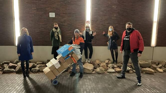 Amsterdamse buurtbewoners bezorgen pakketbezorger onvergetelijke Kerst met fooi van 4.200 euro