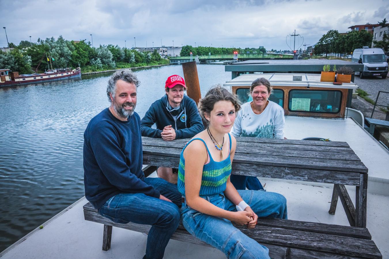 Lieven, Stephan, Isabelle en Liere delen een woonboot aan de Muide.