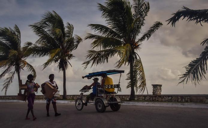 Cubanen brengen hun bezittingen in veiligheid voor de Irma aan land ging.