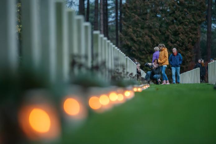 Volop kaarsjes deze kerstavond bij de oorlogsgraven van Canadese en Britse militairen.