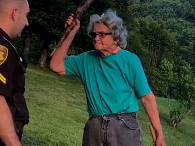 Deze vrouw is voor geen kleintje vervaard en bedreigt de sheriff met een stok