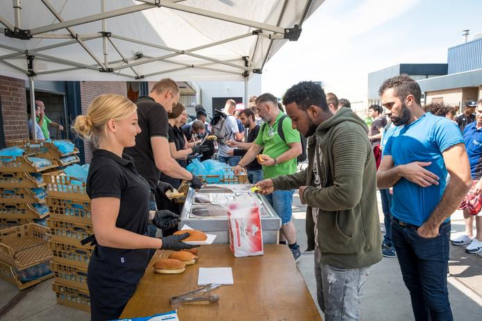 Snacks en een gezellige sfeer, dat trekt de 2000 vakantiewerkers die 's zomers komen werken bij Van Dijk Educatie in Kampen. (archieffoto)