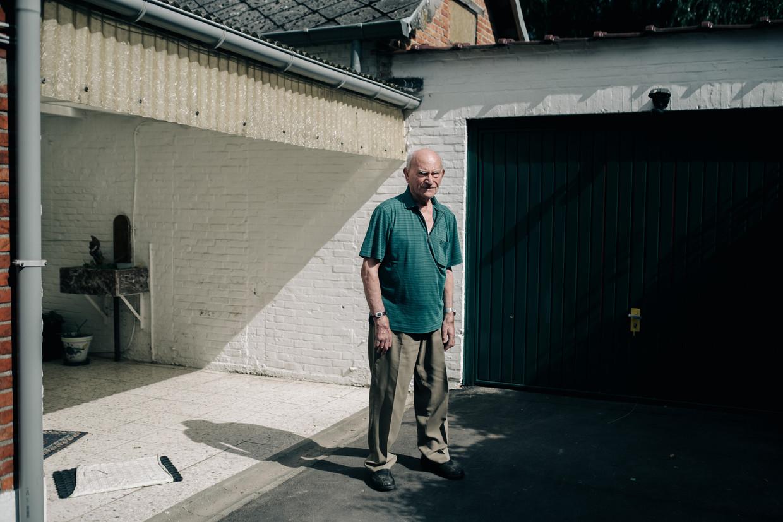 René Huybrechts voor de boerderij waar hij zich schuilhield. Beeld Wouter Van Vooren