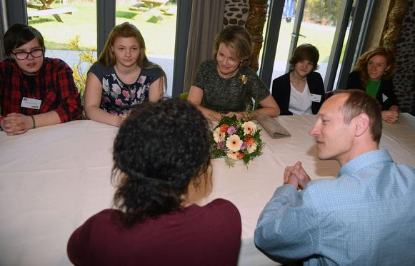 Koningin Mathilde nam uitgebreid de tijd om de jongeren in De Switch te leren kennen en ging met hen rond de tafel zitten.