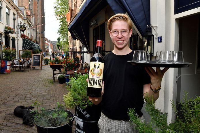 Hessel Daalhuizen aan het werk bij restaurant Hete Kolen in de Krankeledenstraat.