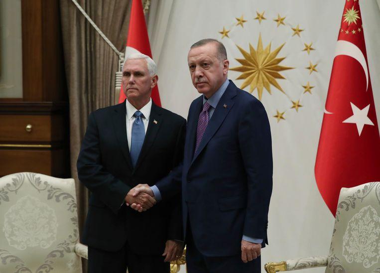 De Amerikaanse vicepresident Mike Pence schudt donderdag de hand van de Turkse president Erdogan in Ankara. Beeld AP