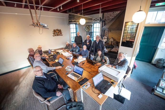 De Oale Smederieje als onderkomenvan de Historische Kring Neede is op maandagen en dinsdagen het domein van de vrijwilligers van het open archief.