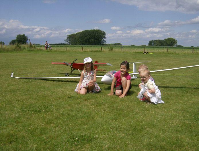 Modelluchtvaartclub The Little Wings uit Heldergem laat knuffeldieren van kinderen de lucht in tijdens het 'Knuffelvliegen'.