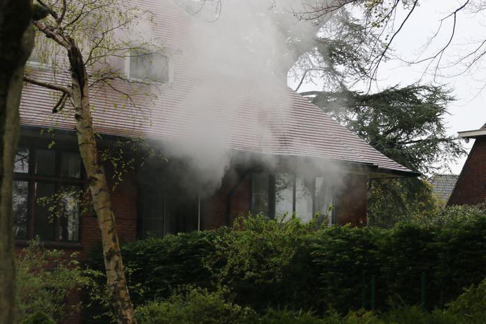 Eenmaal ter plaatse kwam er veel rook vrij uit de woning aan de Teylingerhorstlaan in Wassenaar.