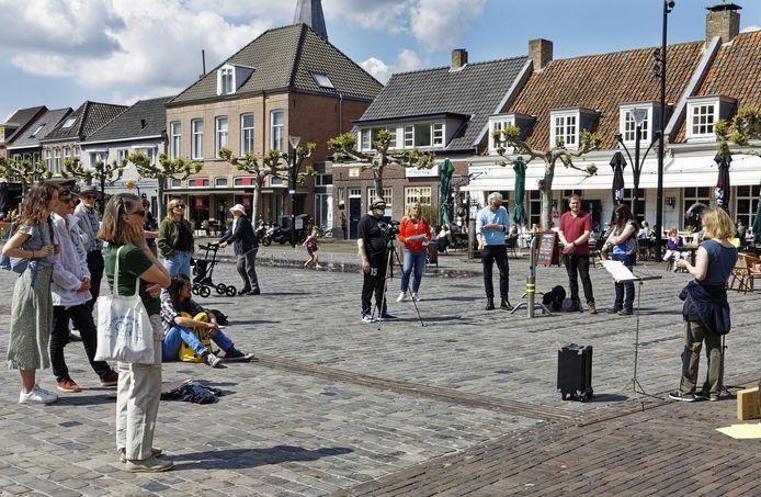 Els Rijke van actiegroep Sluit Vion! neemt het woord op de Markt in Boxtel. De manifestatie, waarbij ook een actiekrant was te verkrijgen, trok zaterdagmiddag een beperkt aantal belangstellenden.