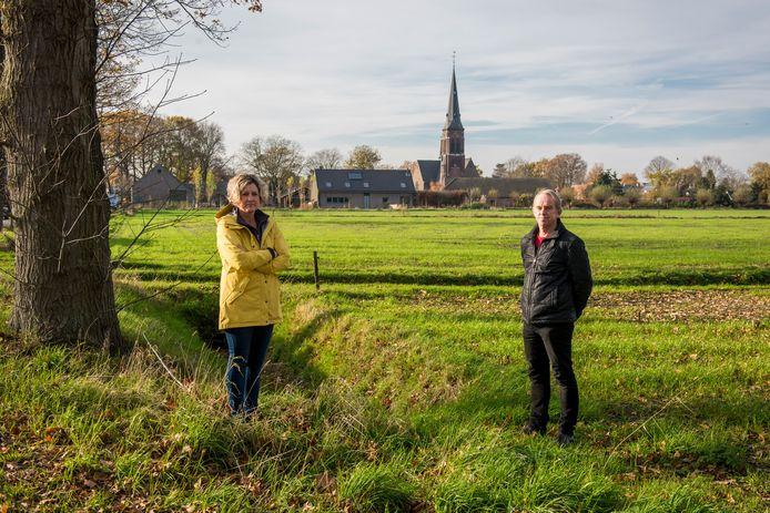 Joyce Hamers en Ferry Adriaans in het landelijke gebied dat de gemeente heeft bestempeld als mogelijke nieuwbouwlocatie.