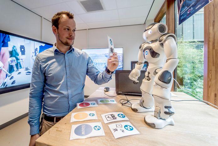 Martijn Folmer toont de Nao, een robot die zich kan ontwikkelen tot aanvulling op de zorg voor geriatrische patiënten. De Nao is een van de vijftien innovaties die Reinier de Graaf op de expositie laat zien.