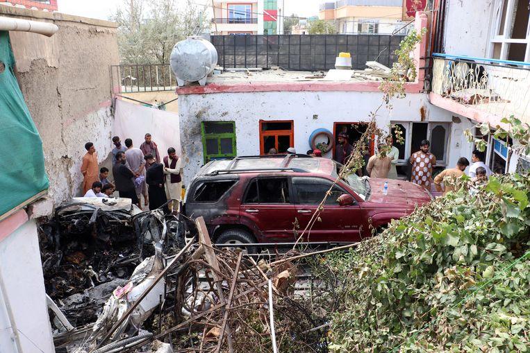 Afghaanse burgers en familieleden van de overledenen verzamelen aan de plaats waar de raketaanval plaatsvond. Beeld Photo News