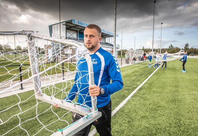 Sven Ester, jeugdtrainer bij ZAC in Zwolle, tijdens een training van zijn Onder-15-1.