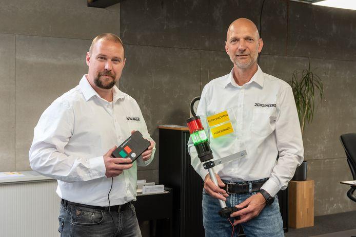Patrick van Dam (l) en Patrick van Westerlaak van 2 Engineers uit Amersfoort verkopen sinds kort coronastoplichten aan winkeliers en horecaondernemers.