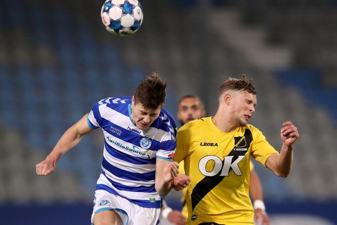 De Graafschap-middenvelder Jesse Schuurman (links) vecht een duel uit met Sydney van Hooijdonk van NACBreda.