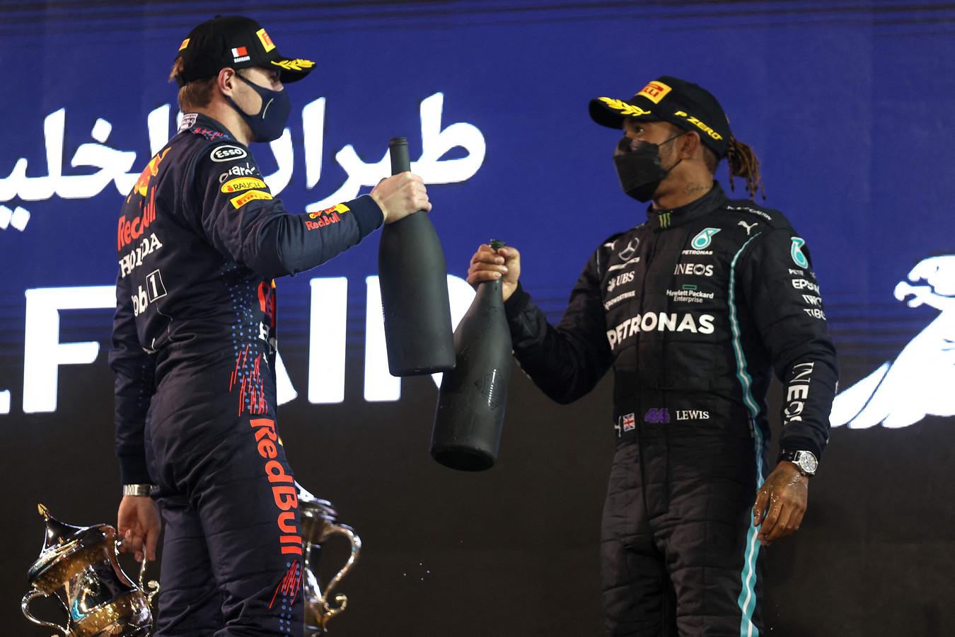 Max Verstappen en Lewis Hamilton tijdens de podiumceremonie in Bahrein.