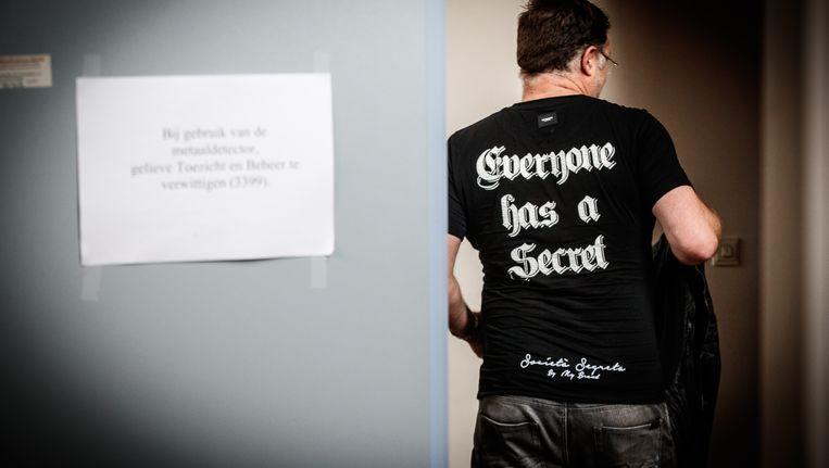 Iemand draagt een t-shirt met het opschrift 'Everyone has a secret' tijdens een zitting over de zogenaamde kasteelmoord. Beeld BELGA