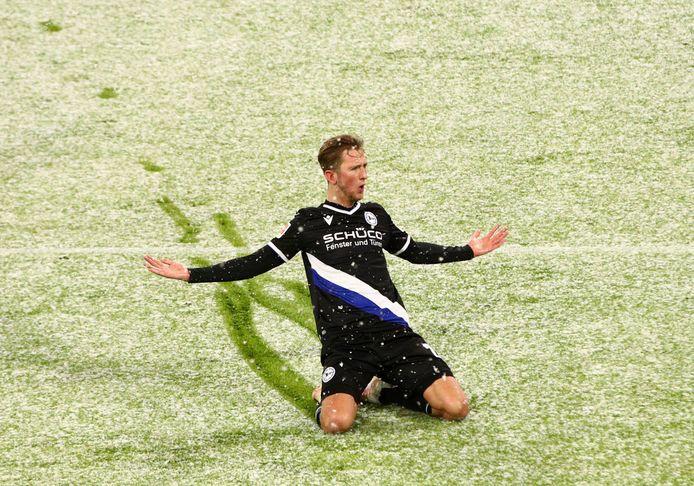 Michel Vlap viert zijn treffer in de sneeuw.