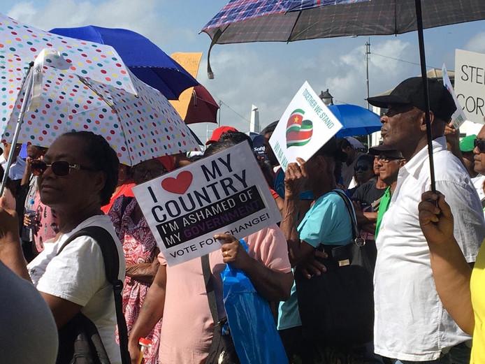 De betogers willen dat president Desi Bouterse en minister van Financiën Gillmore Hoefdraad opstappen