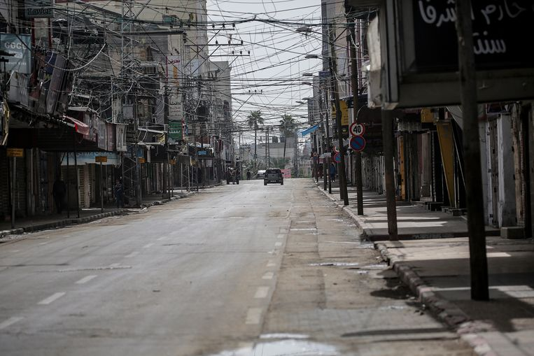 Een lege straat in de Gazastrook door het coronavirus. Beeld EPA