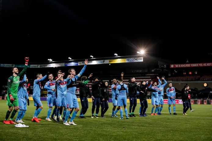 De spelers van FC Twente vieren na afloop feest met de massaal meegereisde aanhang.