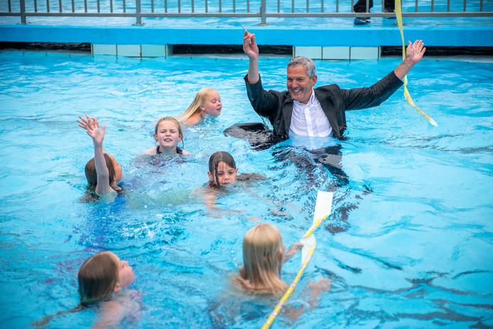 Wethouder Jack Begijn sprong net als de burgemeester bij de opening vijftig jaar geleden, met kleren en hoed op in het water om het lint door te knippen.