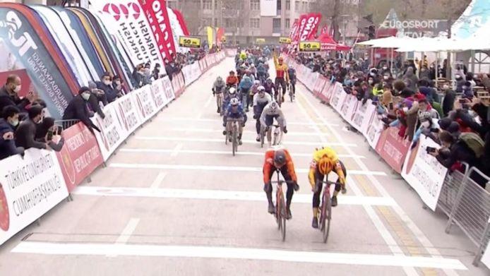 Arvid de Kleijn verrast de favorieten en wint eerste etappe Ronde van Turkije.