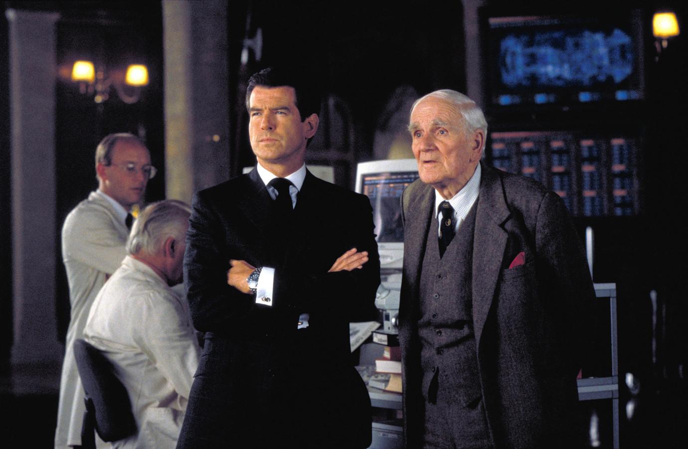 Desmond Llewelyn (rechts) speelde de rol van Q onder meer in 'The World is Not Enough', met Pierce Brosnan als James Bond.