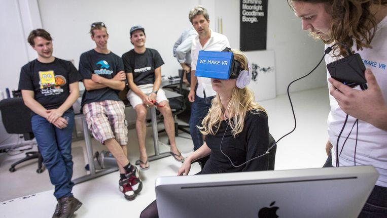 Een medewerker van We Make VR toont hoe de 3D-techniek werkt. Beeld Marc Driessen