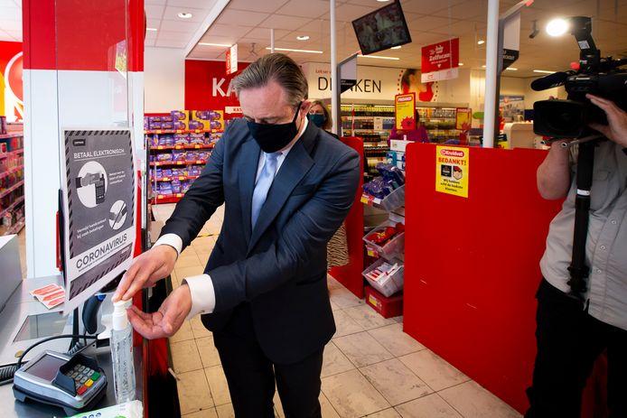Bart De Wever bij de heropening van de winkels na de eerste coronagolf, begin mei.