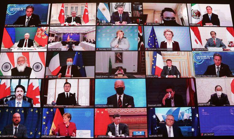 Wereldleiders tijdens de virtuele zitting van de klimaattop donderdag, op de Dag van de Aarde. Op het scherm vlak onder het midden de Amerikaanse president Joe Biden, voorzitter van de klimaattop. Beeld AP