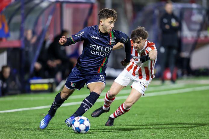 NEC'er Souffian El Karouani wordt achternagezeten door TOP Oss-speler Mart Remans, de maker van de winnende goal voor de Brabanders.