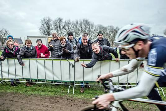 Jeffrey van Agtmaal rijdt voor eigen publiek en wordt ronden lang enthousiast aangemoedigd door zijn fans. Foto: Joris Knapen | Pix4Profs