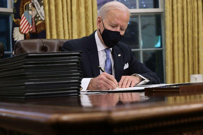 Joe Biden signant des décrets dans le Bureau ovale ce 20 janvier.