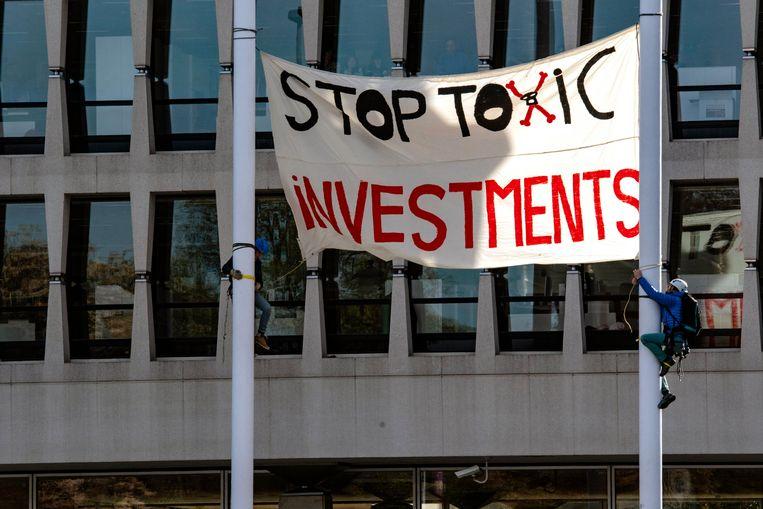 Een symbolische actie van milieuorganisaties aan de hoofdzetel van ING, in oktober vorig jaar. Beeld Photo News