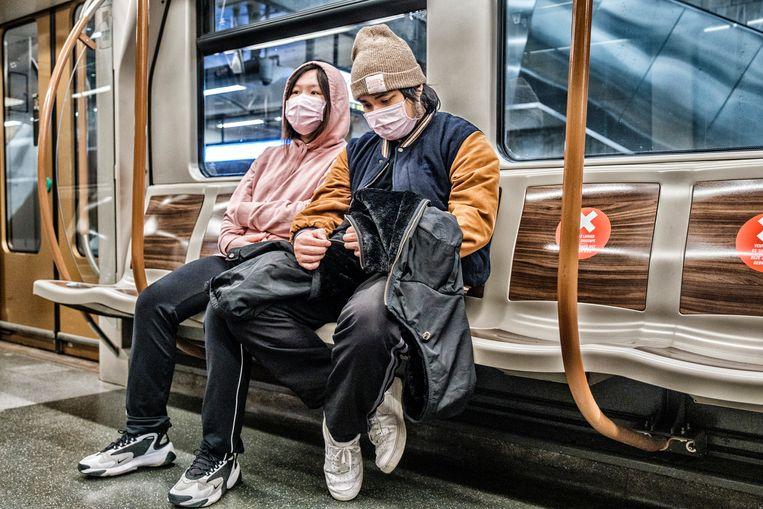 Mondmaskers in de Brusselse metro. Beeld Tim Dirven