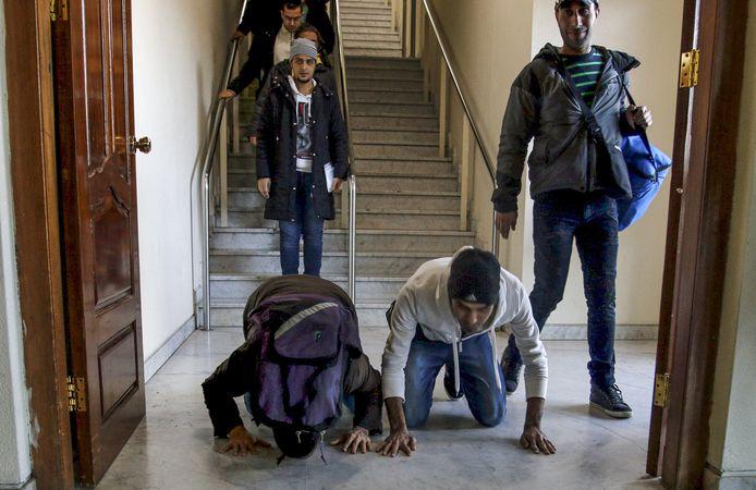 Irakese asielzoekers keren uit Finland terug naar Irak en kussen er de grond, in 2016.  De mannen op de foto komen niet voor in het verhaal.