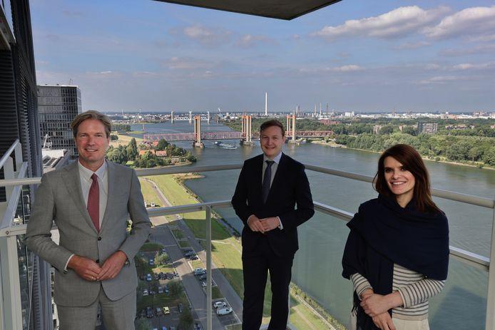 Minister Barbara Visser met burgemeester van Nissewaard Foort van Oosten (links) en wethouder Igor Bal (midden).