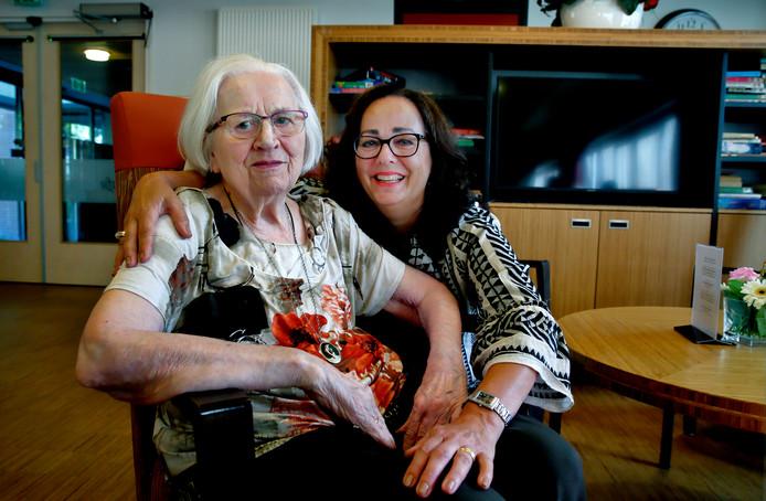 Carin Leenders zorgt graag voor haar moeder, maar het heeft ook veel impact op haar leven.