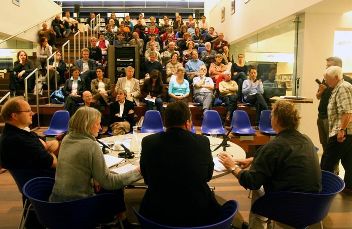 Drukte tijdens de eerste Woensdag Debatdag, in 2008, in de bibliotheek in Wageningen.